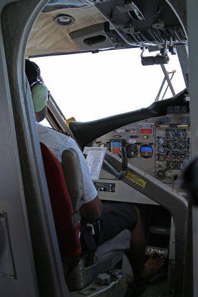 Pilot barfuß am Steuer. Foto: Oliver Heider