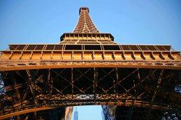 Der Eiffelturm von unten betrachtet. Foto: Oliver Heider