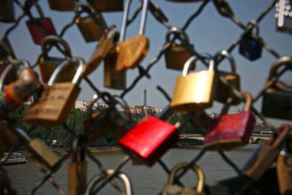 Selbst von einer Liebesbrücke ist der Eiffelturm in Paris zu sehen. Foto: Oliver Heider
