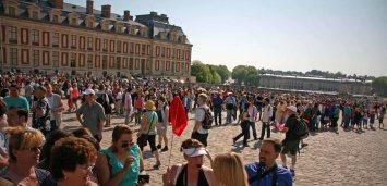 Die Warteschlange scheint fast unendlich zu sein vor Schloss Versailles. Foto: Oliver Heider