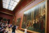 Gemessen an manchen gemälden im Louvre erscheinen die Touristen klein. Foto: Oliver Heider