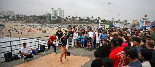 Akrobatische Straßenkünstler auf der Pier. Foto: Oliver Heider