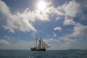 """""""Sea Pearl"""" mit gesetzten Segeln. Foto: Oliver Heider"""