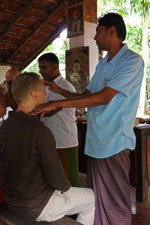 Stirn- und Schläfenmassage. Foto: Oliver Heider