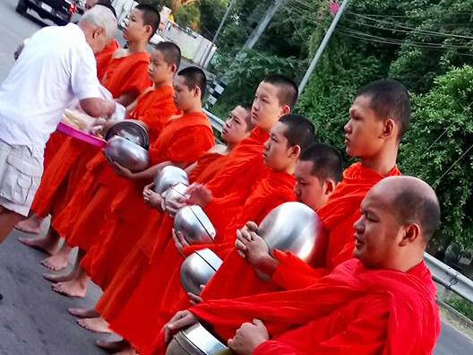 Mönche sollten Touristen in Thailand nicht anfassen.