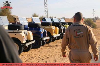 Nach der Heißluftballonfahrt über die Wüste bei Dubai geht es per historischem Land Rover in ein Beduinencamp. Foto: Oliver Heider