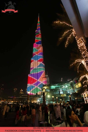 Abends wird der Burj Khalifa in Dubai einmal pro Stunde farbenfroh illuminiert. Foto: Oliver Heider