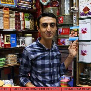 """Ein Händler im Gewürz-Souk in Dubai, bei dem schon Teilnehmer von """"Bauer sucht Frau"""" eingekauft haben. Foto: Oliver Heider"""