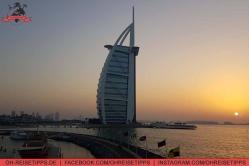 Ausblick von der 360-Grad-Bar in Dubai auf das Hotel Burj Al Arab. Foto: Oliver Heider
