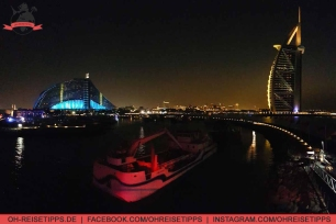 Ausblick von der 360-Grad-Bar in Dubai auf das Hotel Burj Al Arab und das Jumeirah Beach Hotel. Foto: Oliver Heider