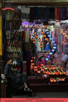 Die Händler in Dubai nehmen Bargeld und akzeptieren auch meistens Kreditkarten. Foto: Oliver Heider