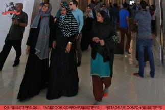 Beim Besuch von Moscheen müssen sich Frauen überwiegend verhüllen in Dubai, Männer lange Hosen tragen. Foto: Oliver Heider