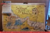 """""""Schlager & Meer""""-Kreuzfahrt: Hauptgewinn einer Tombola war eine Seekarte, auf der alle Aktuere unterschrieben haben. Foto: Oliver Heider"""