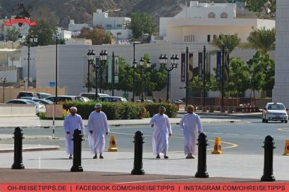 Omanis in traditioneller Kleidung in Muscat. Foto: Oliver Heider